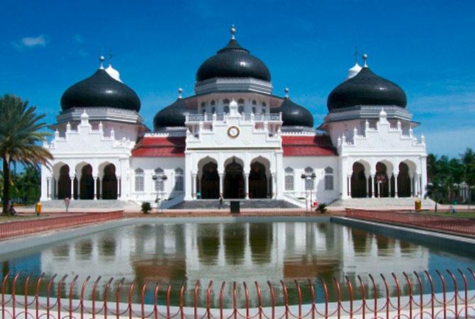 GROSSE MOSCHEE BAITURRAHMAN IN BANDA ACEH (INDONESIEN)